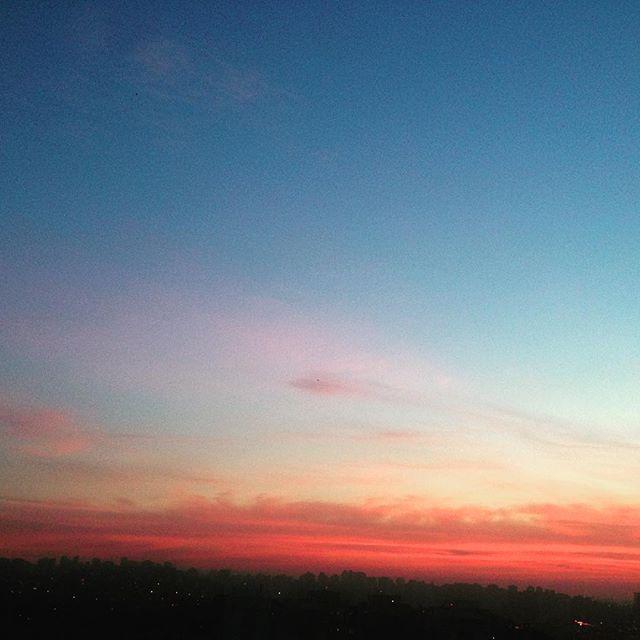 """""""De manhã, juntos vamos ter força lá do céu pra continuar..."""" Bom dia! (Foto da janela de casa)  #frescurasdatati #amanhecer #sp #sampa #forcaquevemdoceu #comonaoagradecer #bomdia #sky"""