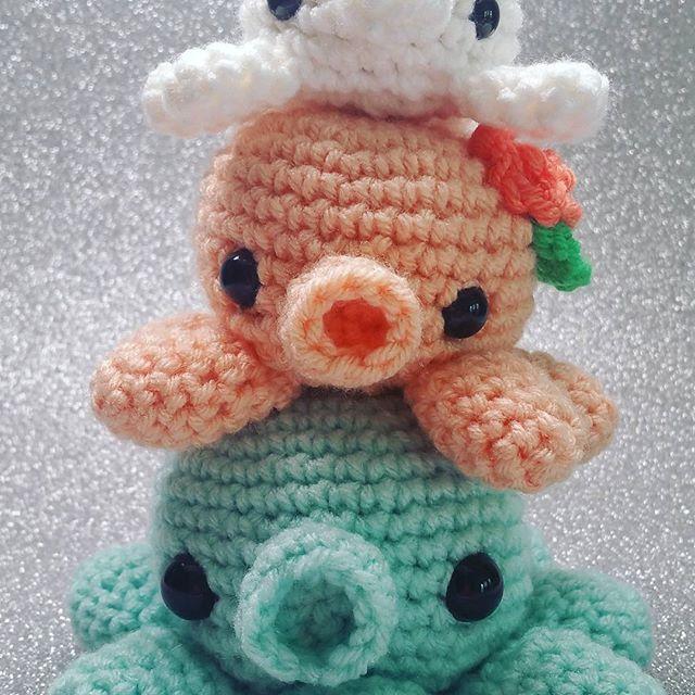 Pila de calamares (la parte inferior es en realidad un pulpo ...) Trabajando en los patrones de estos tres pequeños amigos para poner en el blog! ¿Alguien interesado en hacer uno de ellos, o todos ellos?  ---------------------------------- #amigurumi #amigurumis #amigurumiaddict #amigurumiaddicted #squid #squids #octopus #octopi #crochet #crocheted #crocheter #crochetersofinstagram #kawaii #freepattern #amigurumiplush #amigurumipattern #dokidoki #crochetpattern #pink #white #mint #