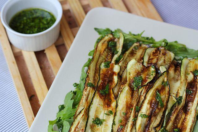 Receita de abobrinha grelhada crocante, igual de restaurante, feita na frigideira. Vai bem na salada, na quiche ou como acompanhamento de um grelhado.