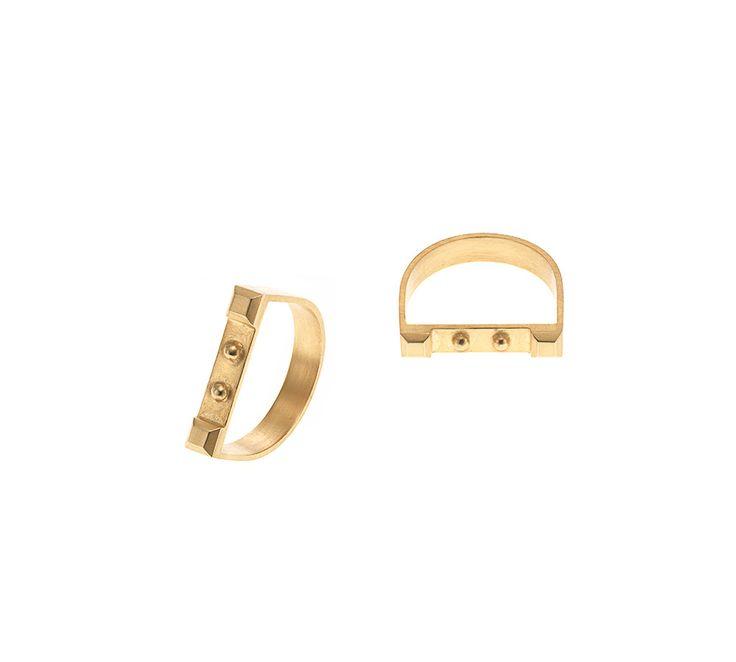 """Maria Black """"Iggy"""" ring. Denne flotte ring er udført i forgyldt sølv, og er designet med cirkel og pyramide-forhøjninger. #mariablack"""