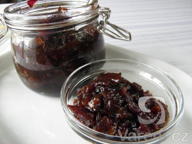 Chutney z červené cibule s chilli papričkou a zázvorem podáváme jako přílohu k minutkovým nebo pečeným masům. Recept je jednoduchý.