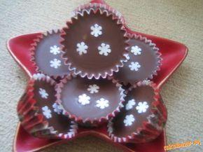 Salkové šuhajdy 1 salko, 10 dkgmasla, 10 dkgmletých orechov, 1 vanilkový cukor, ½ stuženého tuku – (cery), 15 – 20 dkg čokolády na varenie Do hrnca dáme salko, maslo, orechy a vanilkový cukor. Chvíľu povaríme, kým sa nerozpustí maslo, aby sa všetko dobre spojilo. Necháme trochu vychladnúť. Pripravíme si čokoládovú polevu (ja robím tak , že čokoládu si rozpustím aj s cerou nad parou). Polevu nalejeme do košíčkov 1 až 2 ČL, potom dáme plnku a nakoniec čokolád polevu a ozdobíme podľa ľubovôle