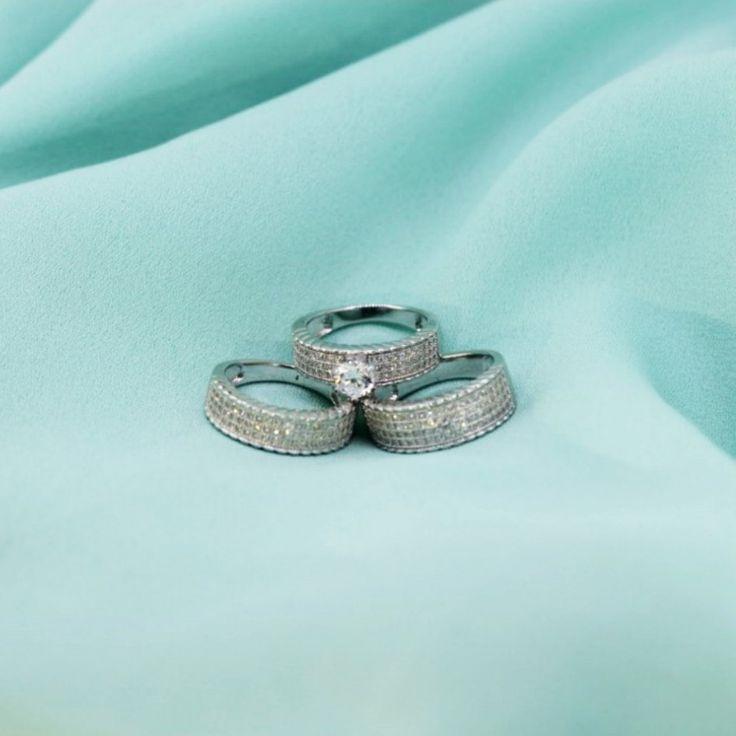 Trio de alianças e solitário de prata 925, cravejados com zircônias cristais.  Compre no atacado com a Queen Joias💍      #joias #atacadodejoias #joiasnoatacado #atacado #revender #revender #dinheiro #extra #noiva #alta #joalheria #casamento #prata #925 #prata925 #ródio #jewelry #jewels #presente #para #namorada #dia #namorados #mães #mãe #dica #criativo #noivado