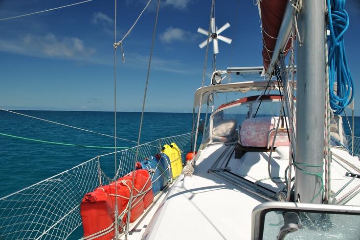 Sous voile le long de la grande barrière de corail. Australie.  Sailing along the Great Barrier Reef...
