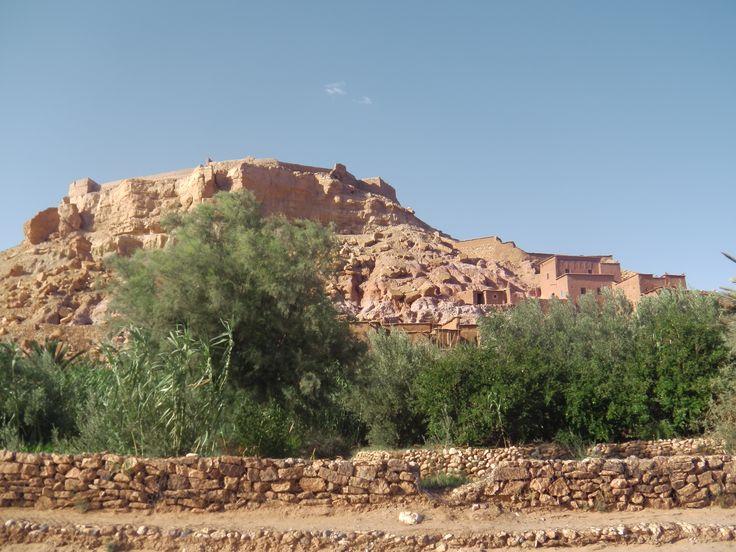 le village d ait benhaddou a 30 kilometres de ouarzazate un vieux ksar classe par l unesco