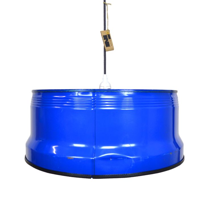 Deze brede industriële hanglamp zal werkelijk uw gehele eettafel verlichten. De hanglamp heeft een rauw en authentiek karakter door de beschadigingen aan het oppervlak. De mooie blauwe kleur zorgt voor extra sfeer in uw woonkamer.