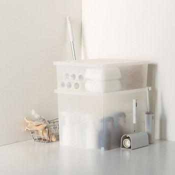 小物や、かさばるものの収納に便利なフタ付きのボックスです。 フタが外れたり、中身が飛び出さないようにロック機能も付いています。また、別売のキャスターを取付ることもできます。