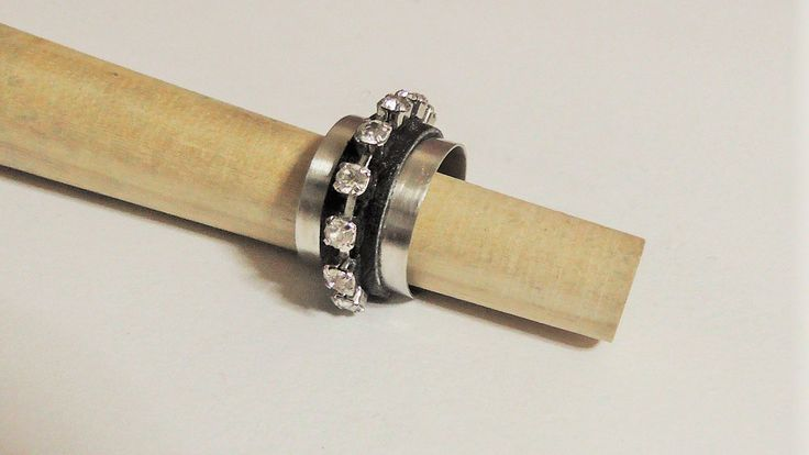 Handmade alpaca ring with leather and strass.