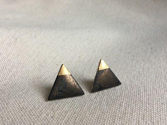 Porselein en gouden driehoek Stud Oorbellen in iriserende Metallic Black