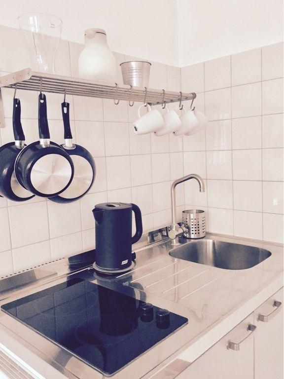 Wunderschön Saubere Küche Lädt Regelrecht Zum Kochen Ein. Töpfe Und Tassen  An Ihrem Platz,