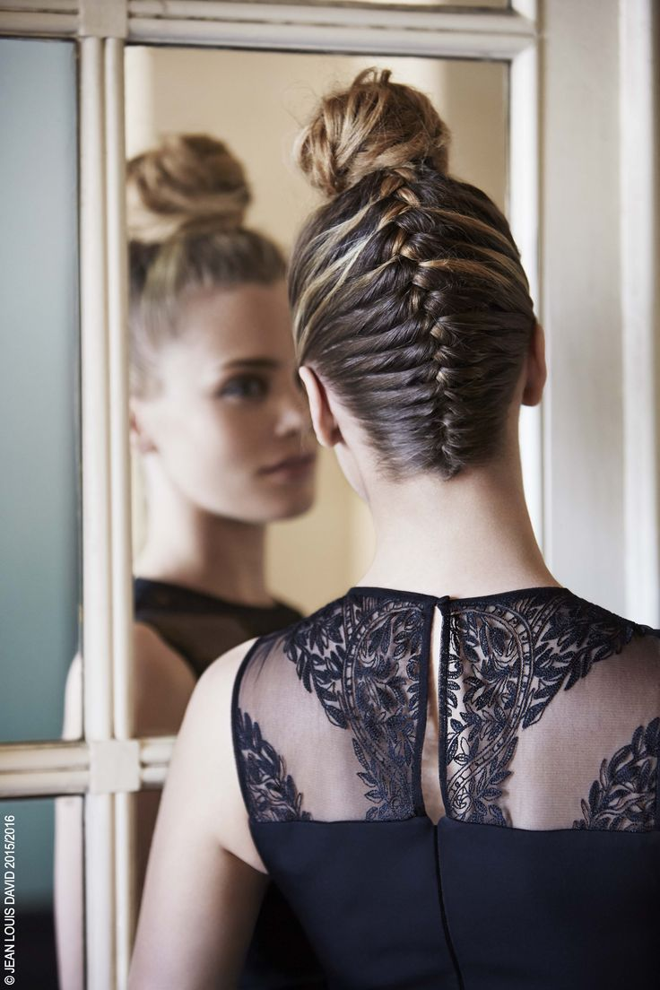 Le bun revisité : LA tendance phare des défilés Automne-Hiver !  Ici, une tresse inversée est associée à un chignon boule, déstructuré et imparfait, fixé avec le Fix Ultime Urban Style Jean Louis David. #barastyles #concept #tendance #fashion #fashiontrends #hair #hairstyle #newin #jeanlouisdavid Inspiration Jean Louis David