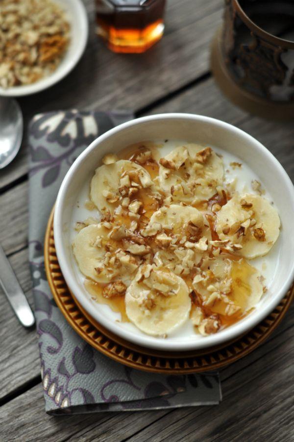 Banános-diós gyors reggeli - 10 perc Rohanós reggelekre hoztunk most egy reggeli ötletet, amiben a krémes, vaníliás joghurt fantasztikusan finom feltétet kapott: banán, dió és juharszirup került a tetejére.
