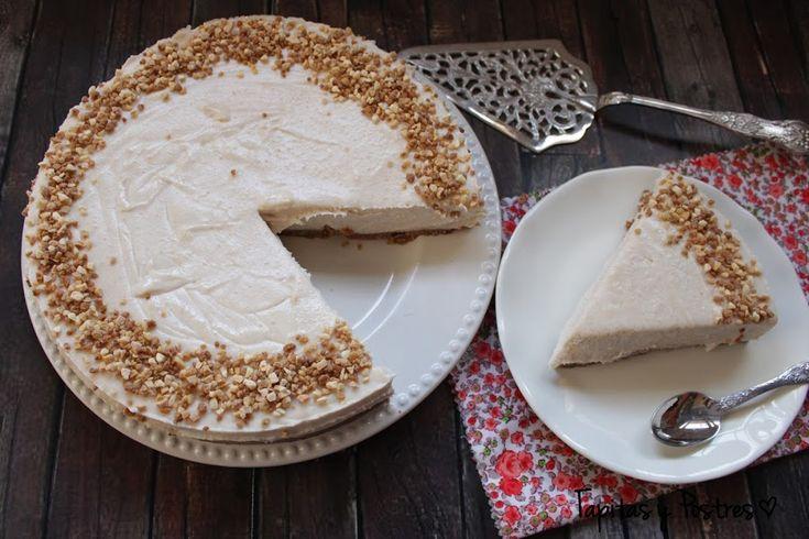 Menuda maravilla de tarta nos explican cómo hacer, paso a paso, y con ayuda de la Thermomix, desde el blog TAPITAS Y POSTRES. Si te gustan los donuts o donas, entonces se con vertirá en tu tarta favorita porque lleva estos dulces en su masa. ¿Te imaginas lo rica que tiene que estar? ¡No imagines y anímate a prepararla!
