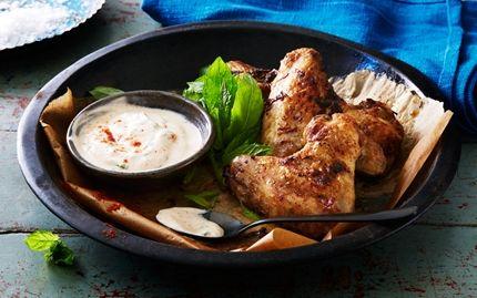 Ugnsstekta kycklingvingar | Krispiga kycklingvingar med fräsch smak av koriander och citron. Serveras med krämig yoghurtsås gjord på färska örter.