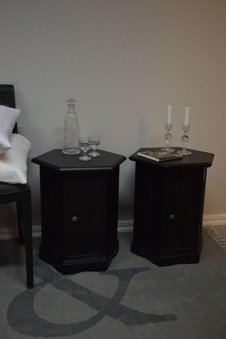 Par svart nattduksbord