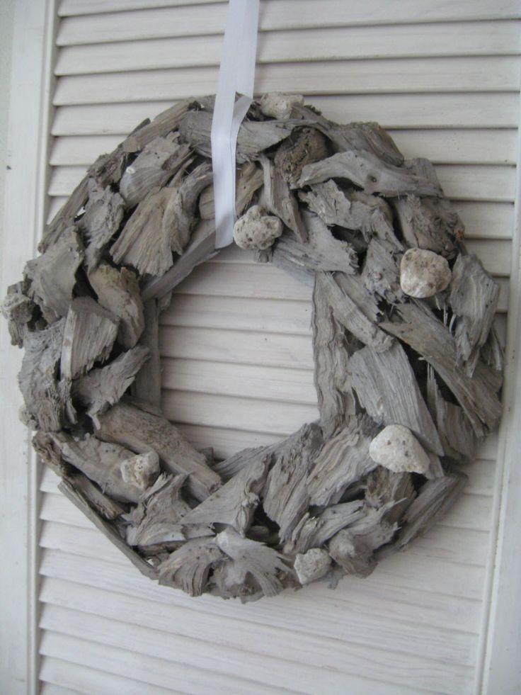 Landelijke krans grijs hout   Tips: http://www.jouwwoonidee.nl/kerstkrans-maken/