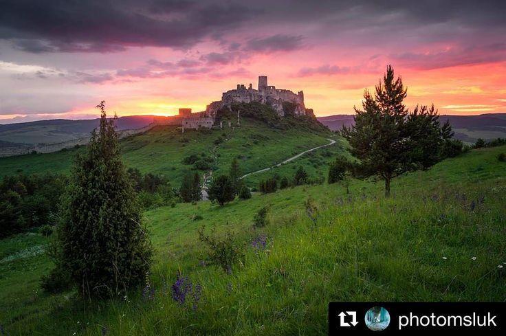 """Takéto západy slnka """"na pána""""... neskutočná atmosféra  #praveslovenske od @photomsluk  Včerajší západ slnka pri Spišskom hrade.  Yesterday's sunset on Spiš castle (Slovakia)  #slovakia #slovensko #spisskyhrad #spiscastle #castle #history #historia #historical #historic #ruins #clouds #sunset #beauty #beautiful #beautifulview #green #trees #hills #spis #kulturnapamiatka #trip #adventure #adventures #explore #nature #naturephotography #naturewalk #landscape #landscapephotography…"""