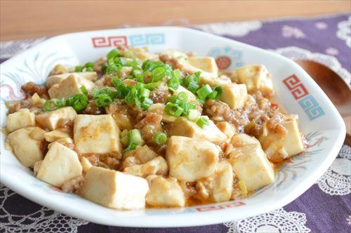 ワンボールで出来る「超簡単!マーボー豆腐」 混ぜてレンチンするだけの 簡単レシピ♪ 味付けは「焼き肉のタレ」を使うので、とっても簡単! ふわとろで、とっても美味しい 丼にしたりラーメンにトッピングしたりと アレンジしてみてください  洗い物が少ないのが 超嬉しい~       ...