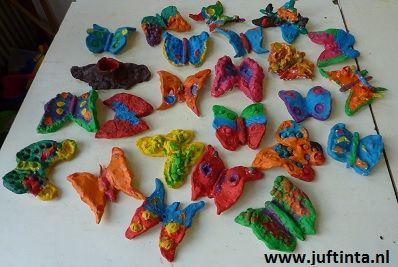 Lekker tijd voor kleien. Dit keer de vlinder die uit de cocon komt! Mooi schilderen, een haakje er in, wat glitters er over heen en klaar is kees!
