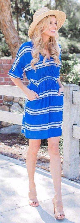 #spring #outfits vestido rayado sombrero luz azul + + + Madera embrague sandalias Nude
