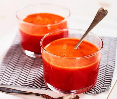 Den här blodapelsinjuicen med paprika är en riktig törstsläckare! Smakrik är den också: äpplena hjälper till med sötman, och ingefäran ger den mer karaktär.