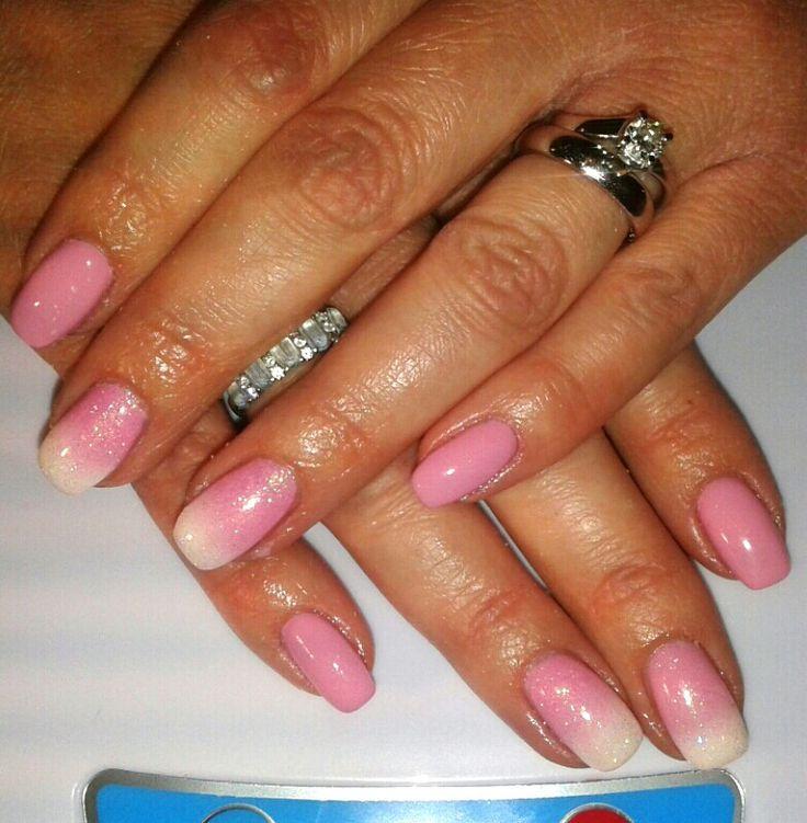 Unghie gel rosa antico cipria sfumate in bianco con glitter nail art