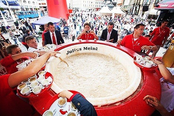 Самая большая чашка капучино  Приготовили её в городе Загреб  столице Хорватии. Объем чашке в точности соответствует значению года приготовления и равняется 2012 литрам вкуснейшего напитка. Естественно данный рекорд был занесен в Книгу рекордов Гиннеса в категорию Самая большая чашка капучино сместив предыдущего 1500 литрового рекордсмена на вторую позицию.  Готовили самую большую чашку капучино с помощью 22 кофе-машин и более тысячи человек. Данное мероприятие было приурочено к 150-летнему…