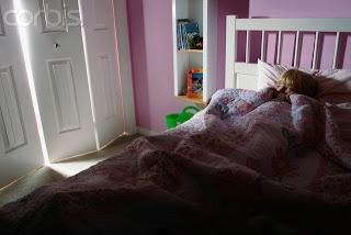 PESADILLAS Y TERRORES NOCTURNOS  La hora del sueño para los niños puede resultar algo angustioso y estresante cuando deciden aparecer las pesadillas y los terrores nocturnos. Aunque ambos términos se parecen, no son la misma cosa pero si cuentan con una característica común: El Miedo. Es una fase completamente normal en los pequeños, pero se les puede ayudar con la Terapia de Flores de Bach..