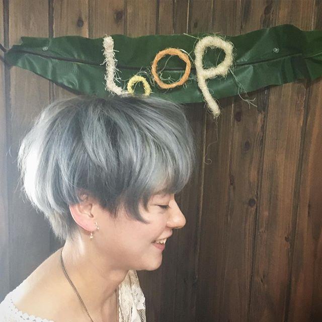 外人風ホワイトグレージュカラー☺︎* 抜群のオシャレ感と透明感♡* 夏らしい弾けたカラーで、気持ちもポップに♪♬ *  根元のプリンが目立たないように、グラデーションにしました。 * * このカラーはブリーチが3回以上必要です。 人とかぶらない色を求める人にオススメです!! * *  #江南市 #江南市美容院 #ヘアサロン #hairsalon #hairstyle #haircut #haircolor #hairweave #外人風カラー #ブリーチ #ブリーチカラー #シルバーアッシュ ホワイトカラー #ホワイトグレージュ  #グレージュ #グレージュカラー #ハイトーン #江南市ループ #江南市美容院 #hairsalon #ヘアサロン #江南市