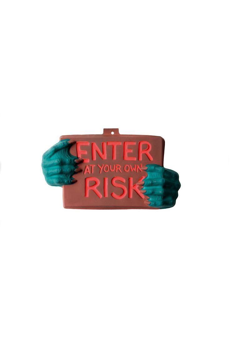 """Halloween skilt i plastik med teksten """"Enter at your own risk"""". Til halloween…"""