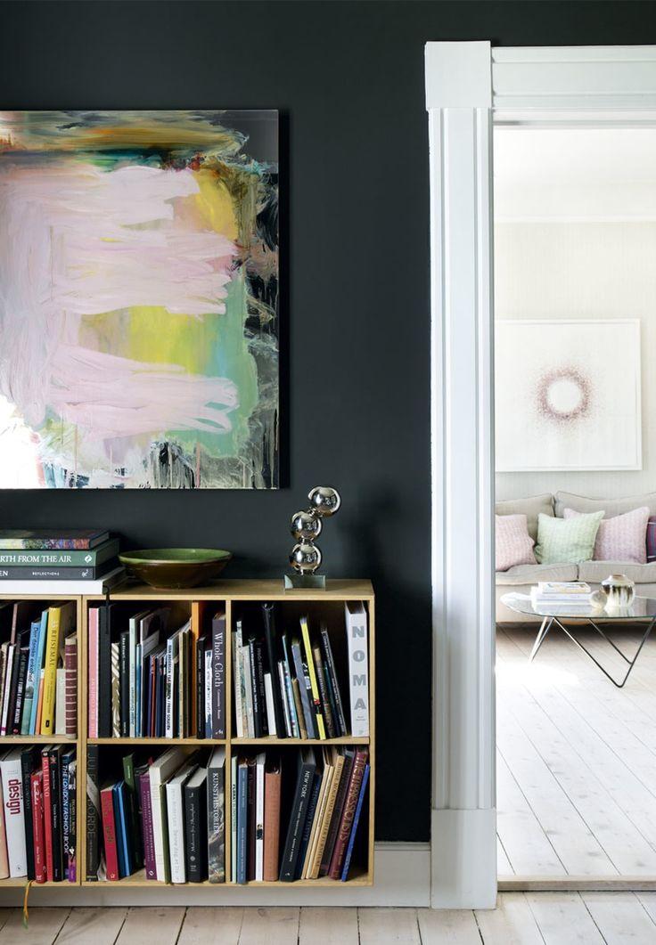Væggene i den midterste stue er malet i en af Janniks favoritfarver Studio Green 93 fra Farrow & Ball. Den fremstår mørk grøn, næsten sort.