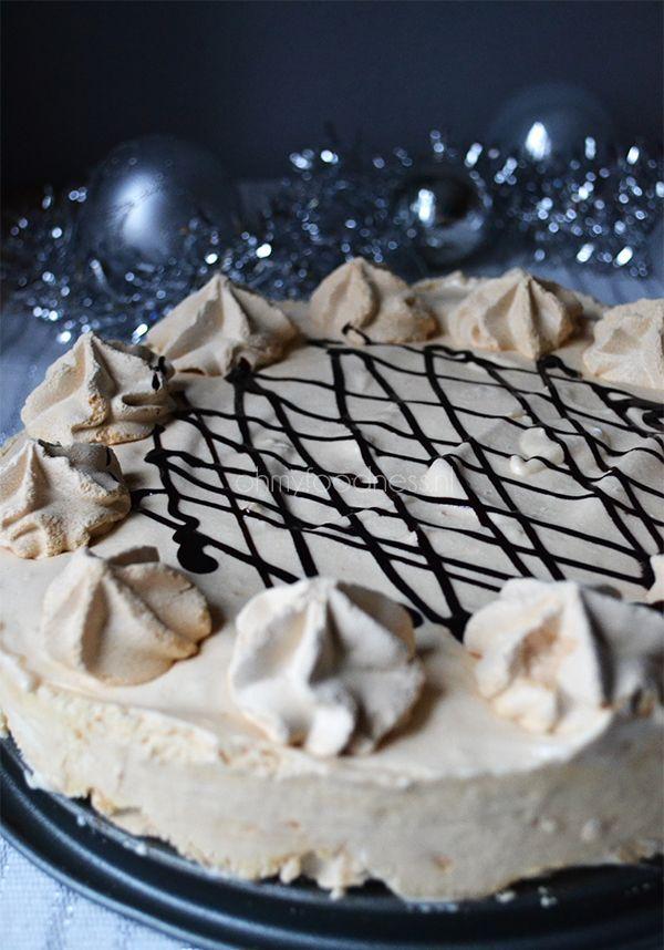 Indruk maken bij het dessert van het (kerst)diner? Deze mokka-ijstaart ziet er veel moeilijker uit dan hij is.