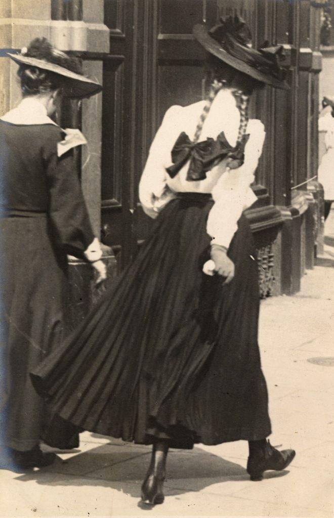 Kensington London, 27 Juni 1906. (Edward Linley Sambourne)A young student girl with her mother.  Note the plaits (braids) de rigeur for schooldays