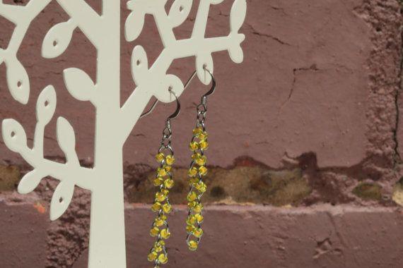 Etsy の ロングチェーンスタイルのシードビーズピアス中染黄色 by Daikokubashira