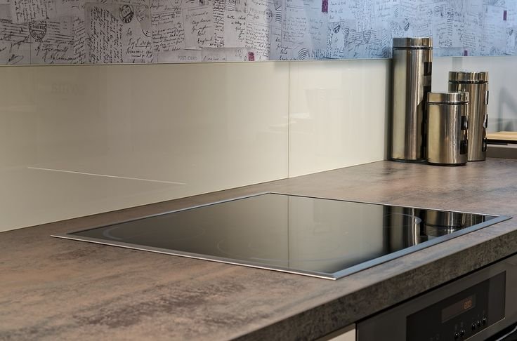 The layout of your kitchen is always guided by two criteria: aesthetics and practicalities. Better to avoid a great non-functional kitchen that requires a lot of maintenance. To facilitate the maintenance of your kitchen, opt for the installation of a wall panel splash behind the