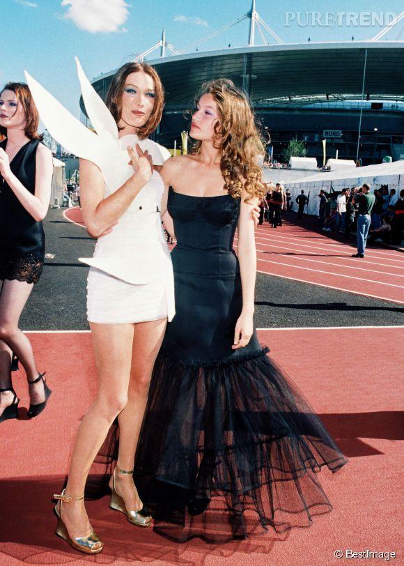 Laetitia Casta et Carla Bruni, photographiées en 1998 lors de la Coupe du monde de football.