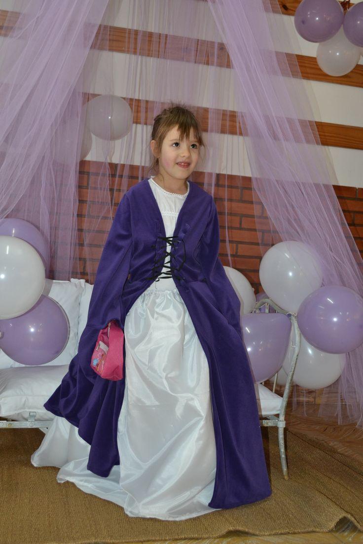 La princesa haciendo la reverncia #fiesta #cumpleaños #festejo #decoración #ambientación #tematización #souvenirs  #golosinas #cocina #chocolates  #mesadulce