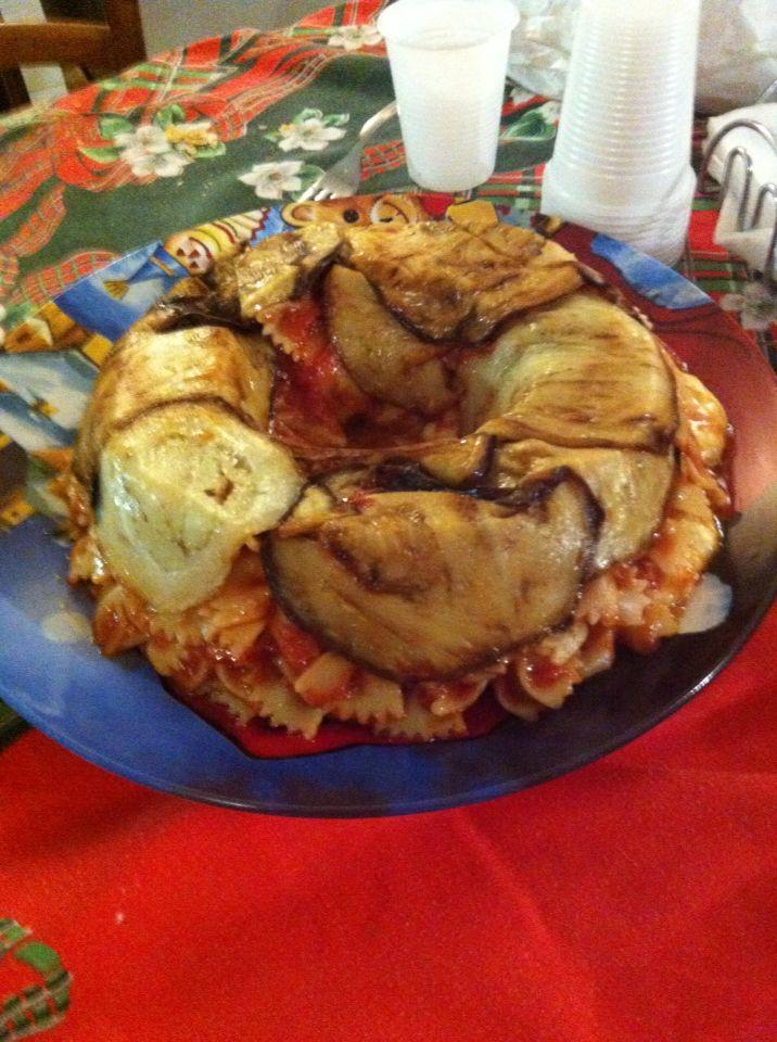 Timballo di pasta al pomodoro con mozzarella e melanzane fritte