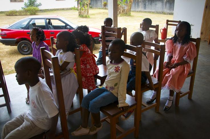 Bambini africani: aspettando il pranzo