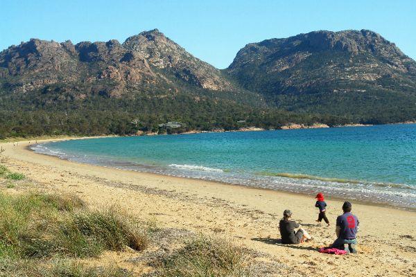 Coles Bay beach and Freycinet National Park, east coast ...