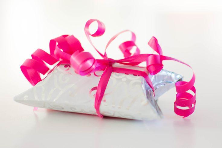 Een cadeautje geven of krijgen is altijd leuk. Een mooi ingepakte cadeautje geven of krijgen is nog leuker. Met deze simpele DIY kun je zelf een klein cadeaudoosje maken. Leuk om een…