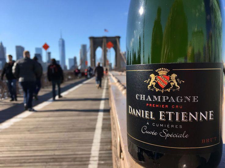 Pose shooting Champagne Daniel ETIENNE de CUMIERES sur le pont de Brooklyn in NYC (by Pauline)☀️