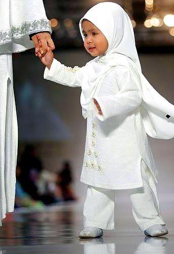 Beautiful Muslim child MashAllah, una hermosa bebe  musulmana Outstanding Muslim Parents Course http://www.ummaland.com/s/aij8y3