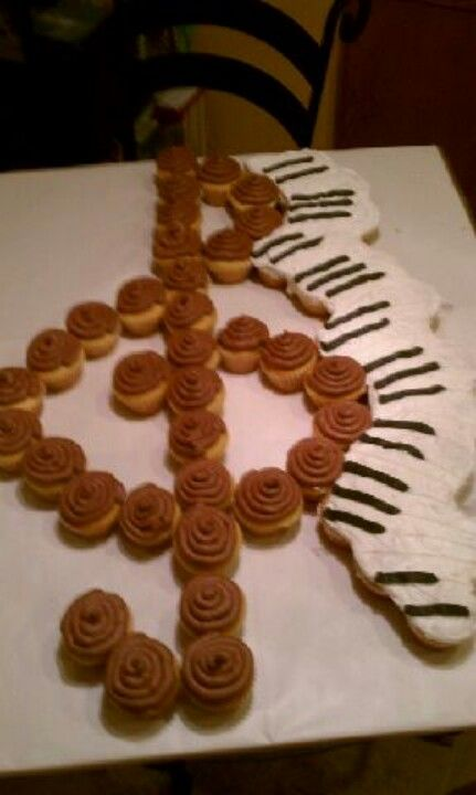 Cake for piano recital- I would just make the treble clef though and leave out the keyboard