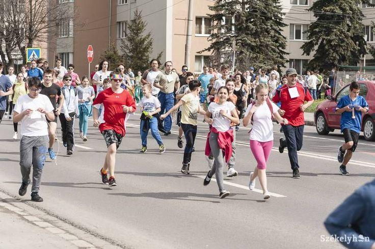 """Sokan részt vettek aszombatiMindannyiunk Egészségére Pro Európa elnevezésű tömegrajtos utcai futóversenyen. A tavaszi """"maraton"""" 37. kiírását a kotormányi Takács Szabolcs nyerte."""