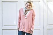 Camisa de seda de mangas largas, de Miss Camelot, maxi cárdigan rosa, de Las Pepas, pañuelo vintage estampado para cuidar la garganta