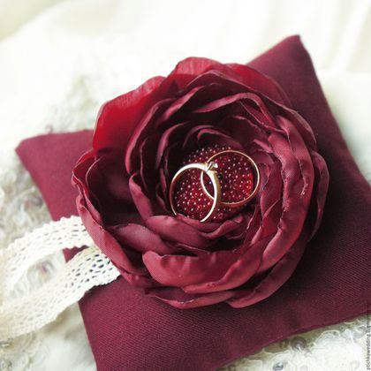 Купить или заказать Свадебная подушечка для колец марсала в интернет-магазине на Ярмарке Мастеров. Темно-бордовая свадебная подушечка для колец, с цветком из ткани марсала и кружевом. Идеальный аксессуар для свадьбы в бордовых, винных, сливовых, марсала…