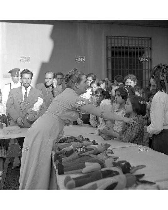 Reparto de juguetes en Chile, gobierno de Gabriel Gonzalez Videla, navidad de 1951. De la Coleccion del Museo Histórico Nacional