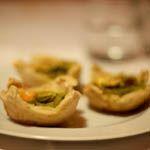 Barchette di pane con pesto di cavolo e pistacchi