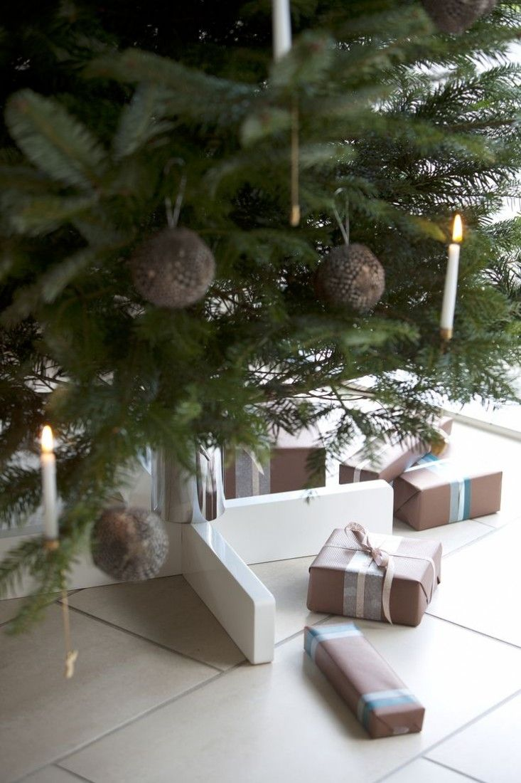 Trip Trap Christmas Tree Holder -Retailer: Design Klassiker Shop   The discreet tree stand provides a stable and minimalist foot of the tree and leaves while plenty of room for gaver.Juletrí¦sfoden is made of the wood hevea and colored in the purest white shade . Despite juletrí¦sfodens incredible simplicity appears it clearly because of its bright exterior but act simultaneously an easy counterpart to the Christmas tree dark hue